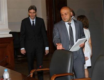 Министърът за евросредствата Томислав Дончев (вдясно) кани  румънския министър по европейските въпроси Леонард Орбан на брифинг след срещата им.    СНИМКА: Румяна Тонeва