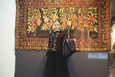 Дрехите на дизайнерката Саида Ализади са вдъхновени от розите на килима.