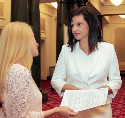 Шефката на парламентарната група на ГЕРБ Даниела Дариткова получи прокламацията от репортера Румина Димитрова.