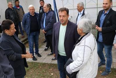 Даниел Панов разговаря с жителите на Вонеща вода