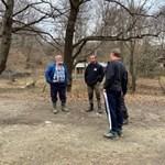 Тодор Мечкарев (вляво) е намерил трупа на сина.