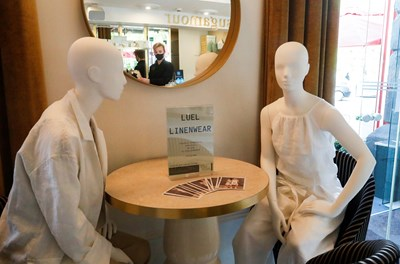 Ресторанти и барове във Вилнюс поставят манекени на празните маси СНИМКИ: РОЙТЕРС