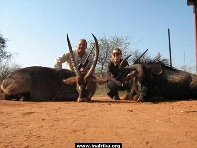 Христо Стоичков и съпругата му Мариана позират с едни от ловните си трофеи.