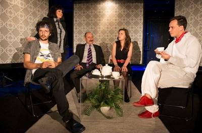 Щуро семейство се събира в Театър 199.