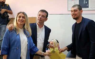 Екрем Имамоглу гласува днес заедно със съпругата си и сина си. Снимки: Ройтерс