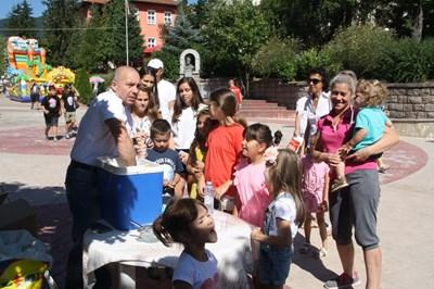 На ларгото в Смолян се извиват опашки за сладоледа на Минчо Хаджиев. СНИМКА: Валентин Хаджиев
