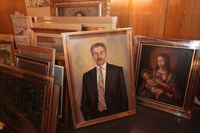 Картини  от колекцията на КТБ. На преден план - портрет на Цветан Василев