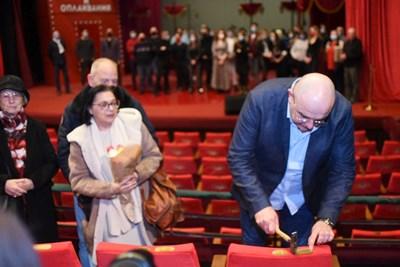 Директорът на Сатиричния театър Калин Сърменов закова табелка с  името на Татяна Лолова на кресло номер 1. СНИМКИ: ВЕЛИСЛАВ НИКОЛОВ