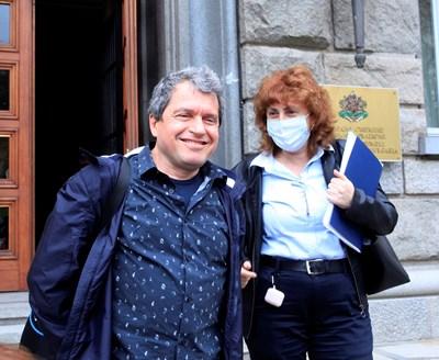 Сценаристът на Слави и зам.-шеф на ИТН Тошко Йорданов излиза от срещата в парламента заедно с главния секретар на партията Виктория Василева.