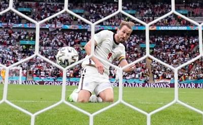 Хари Кейн бележи с глава гола за 2:0 за Англия срещу Германия.  СНИМКА: РОЙТЕРС