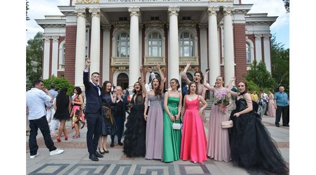 Вижте сборна група софийски абитуриенти пред Народния театър с цигански оркестър