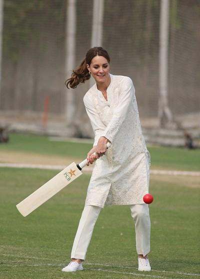 Херцогинята на Кеймбридж Кейт играе крикет в Пакистан Снимки: Ройтерс