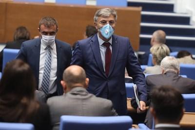 Лидерът на ДПС Мустафа Карадайъ и заместникът му Ахмед Ахмедов излизат от пленарната зала.  СНИМКА: НИКОЛАЙ ЛИТОВ