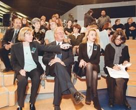 """Албърт Парсънс гледа първия брой на """"Шоуто на Слави"""". Вляво е Светлана Василева, също изпълнителен директор на Би Ти Ви, отдясно е пиарът Мирослава Бонева, която след време му става жена."""
