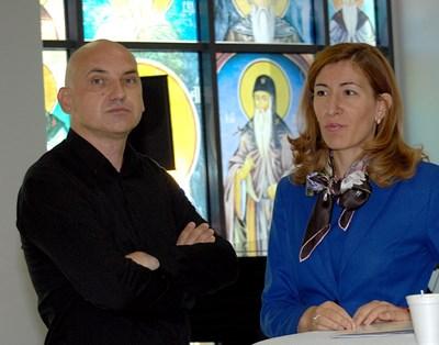"""Министър Николина Ангелкова разговаря с Христо Гюлев, собственик на най-награждавания български хостел - """"Старият Пловдив"""", обявен от """"Лонли Планет"""" за 4-ти в света и две години поред награждаван от Booking.com като най-високо оценен от потребители български хотел. СНИМКА: Наташа Манева"""