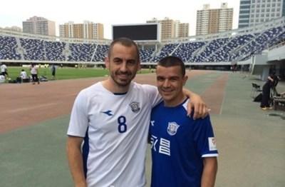 Георги Илиев (вляво) обяви, че не смята да спира с футбола. Снимка Архив