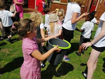 Деца в Англия поливат преподавателите си със студена вода в края на учебната година. СНИМКА: Павлина Трифонова