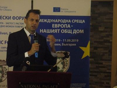 Георги Стоев, ръководител на екипа, който направи общия бизнес каталог на Ямбол и Сливен, го представи днес пред участниците в икономическия форум в Сливен. СНИМКА: Ваньо Стоилов
