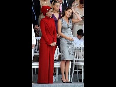 Шейха Моза (вляво) е застанала до Сесилия Саркози, с която често я оприличават, на военен парад в Париж през 2007 г.  СНИМКИ: РОЙТЕРС