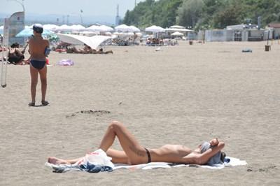 Жени по монокини често могат да се видят на бургаския плаж.