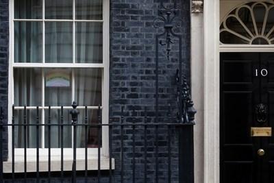 """Колоната премина от площад """"Трафалгар"""" по улица """"Уайтхол"""" до резиденцията на премиера Борис Джонсън на """"Даунинг стрийт"""" 10= СНИМКА: РОЙТЕРС"""