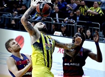 """Везенков (крайният вляво) е фаулирал насочилия се към коша Перо Антич по време на мача между """"Фенербахче"""" и """"Барселона"""" от Евролигата по баскетбол."""