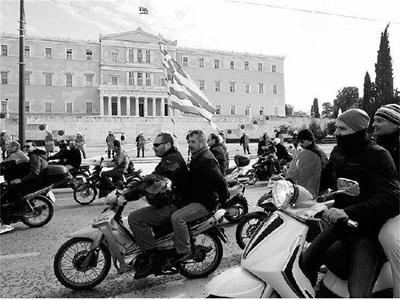 Мотористи се включиха в протест пред гръцкия парламент по време на стачката на служителите в обществения транспорт. СНИМКА: РОЙТЕРС
