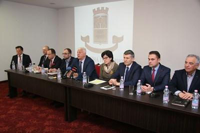 Кметът Здравко Димитров отчете своите 100 дни заедно със заместниците си. Снимки: Евгени Цветков СНИМКА: Евгени Цветков
