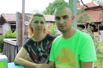 Йордан Пенчев и майка му София  СНИМКА: Любо Илков