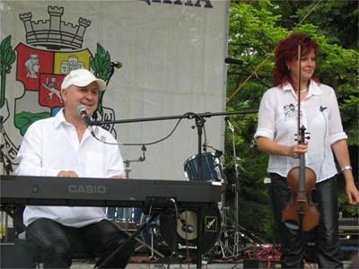 Валди Тотев и приятелката му Дими Димитрова свирят благотворително на концерт в столицата в памет на Георги Минчев.