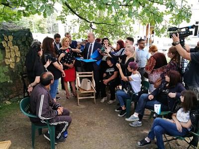 Бисер Петков занесе вчера лично на майките на деца с увреждания два варианта на закон за хората с увреждания. СНИМКА: Румяна Тонeва
