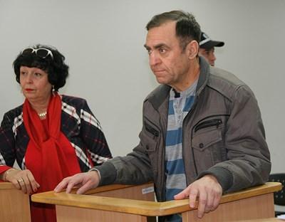 Иван Евстатиев в съдебната зала с адвокатката си Ташкена Колчева