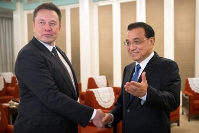 Илон Мъск  и китайският премиер Ли Къцян СНИМКА: РОЙТЕРС