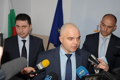 Директорът на националната полиция Христо Терзийски, главният секретар на МВР Ивайло Иванов и полицай номер 1 във Враца Янко Янколов (отляво надясно) представиха в сряда резултатите на дирекцията в града. СНИМКА: МВР