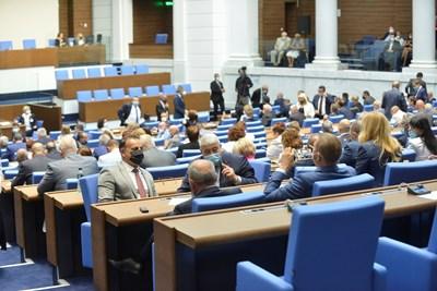 Освен нова сграда депутатите вече имат и нови заплати - минималната им е над 4800 лева.