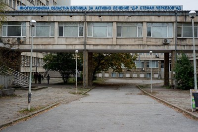 Пожарникари пренасят 200-килограмов мъж с COVID до болницата  в Търново