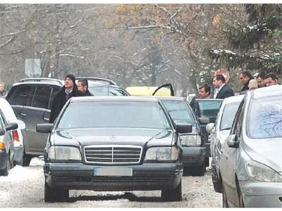 """Младен Михалев-Маджо се качва в бронирания си мерцедес след обяда с приятелския кръг. Бизнесменът си тръгна първи от ресторанта, видя репортер на """"24 часа"""". Пазиха го още две пилотни коли."""