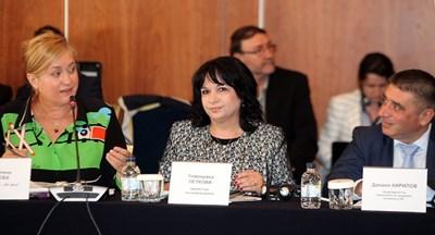"""Издателят на в. """"24 часа"""" Венелина Гочева, министърът на енергетиката Теменужка Петкова и председателят на правната комисия в парламента Данаил Кирилов (отляво на дясно)"""