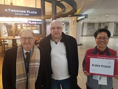 Извънредният и пълномощен посланик на България в Корея Петър Андонов посрещна министъра на младежта и спорта Красен Кралев на летище Инчон в Сеул. СНИМКА: ММС