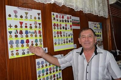 Полковникът от резерва Неделчо Неделчев пред колекцията си