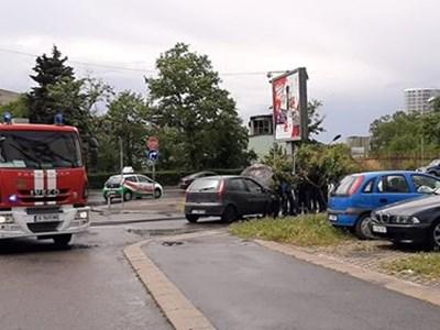 Екип огнеборци са пристигнали за броени минути и са потушили пламналия автомобил. Снимки Авторката