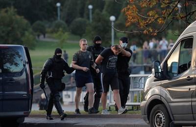 Според очевидци милиционери са издърпвали демонстранти от тълпата и са ги биели с палки СНИМКА: Ройтерс