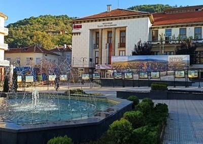 Изложба с 16 уникални фотографии, отразяващи периода, в който Петрич е окръжен град, е подредена на площада.