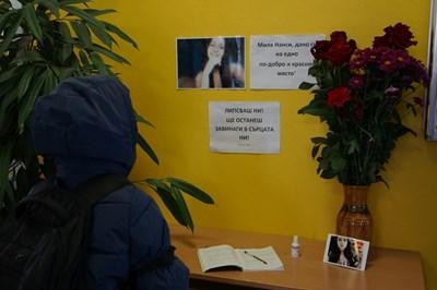 На входа на училището е направен траурен кът за Нанси. СНИМКА: Десислава Кулелиева