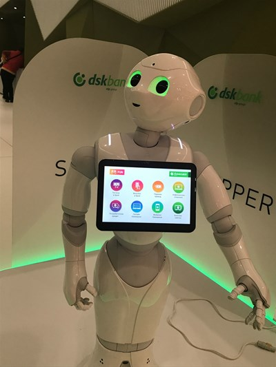 В българска банка вече има робот, но той е по-скоро атракция, все още не извършва услуги.