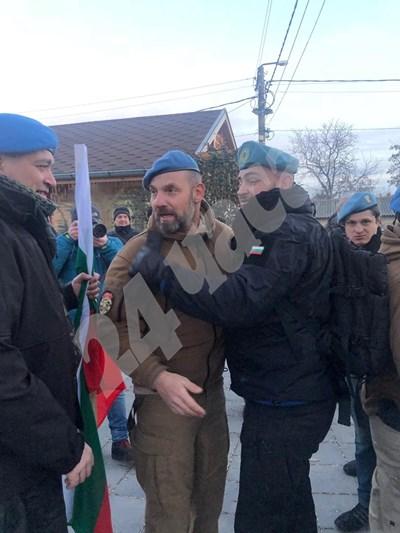 Бивши и настоящи командоси се събират за протеста във Войводиново. СНИМКИ: Калина Паскалева СНИМКА: 24 часа