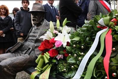 Паметникът пейка на Пенчо Славейков СНИМКИ Генерално консулство на България в Милано