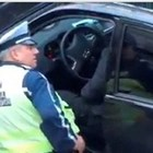 Кадър от видео с пътен полицай Сашо Тръпков в момент, в който взима подкуп.