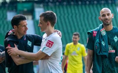 """Илия Груев се поздравява с Максимилиан Егещайн след погрома над """"Кьолн"""". Снимка: сайт на """"Вердер"""""""
