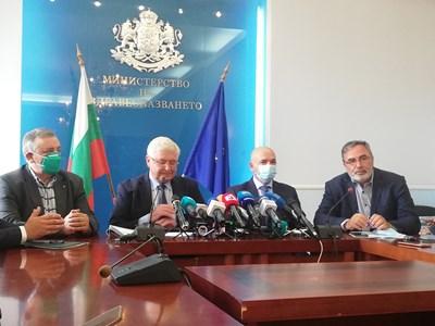 Здравният министър Кирил Ананиев обяви удължаването на извънредната обстановка на брифинг с щаба. СНИМКА: АВТОРЪ
